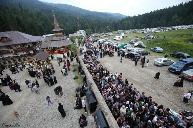 Pelerinaj-la-Petru-Voda-pentru-Parintele-Justin-Parvu-19.06.2013-coada-zi-Roncea.Ro_