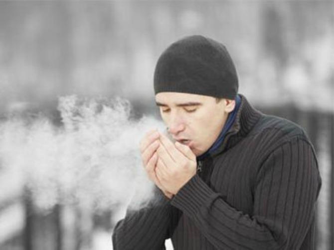 barbat-iarna-respira-greu