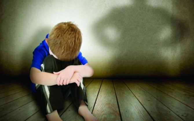 trei-copii-abandonati-de-parinti-in-casa-politistii-i-au-gasit-murdari-si-flamanzi-27193