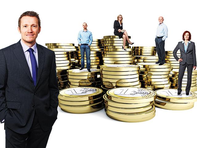 Oameni de afacere cu monezi pe fundal